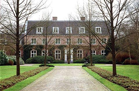 http://www.paleizen.nl/Paleizenbestanden/Images%20paleizen/Nederland/Den%20Haag/Wassenaar/Eikenhorst%20001.jpg